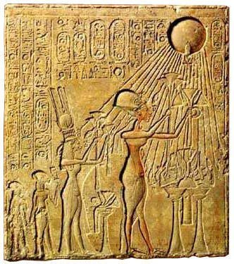 Akhenaten and family worshiping Aten