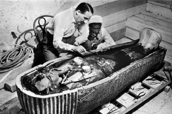 Howard Carter with Tutankhamun's mummy