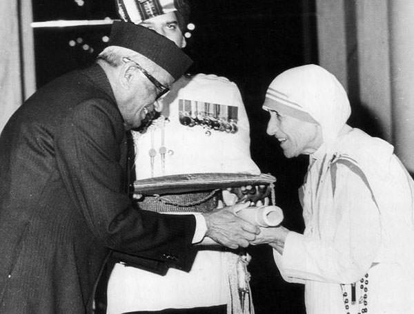 Mother Teresa receiving the Bharat Ratna